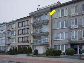 Recent, luxe ingericht appartement op de 3e verd. van een klein gebouw met lift. Plaatsindeling: hal met vestiaire, L-vormige woonkamer met parket en