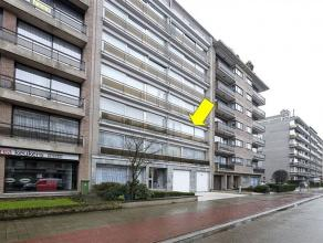 Ruim wat op te frissen appartement met 3 slaapkamers gelegen op de 2Â verd. van een gebouw met lift. Indeling: inkomhal met vestiaire/bergkast,
