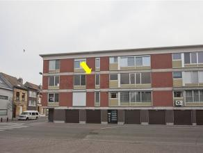Centraal gelegen appartement op de 2e verdieping met volgende indeling: inkomhal met vestiairekast, lichte woonkamer met laminaat en sierhaard, eiken