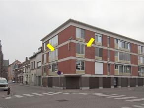 Centraal gelegen hoekappartement op de 2e verdieping met volgende indeling: inkomhal met vestiairekast, lichte woonkamer met laminaat en sierhaard, ee