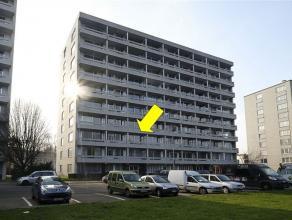 Appartement gelegen op de 2° verdieping van een goed onderhouden gebouw met lift nabij het Rivierenhof. Het appartement omvat een inkomhal met ves