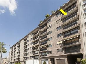 Zeer ruim appartement gelegen op de 5° verdieping van een verzorgd gebouw met lift. Het appartement omvat een inkomhal met marmeren vloer, een bre