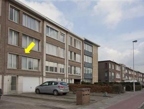 Centraal gelegen appartement op de 1° verd. van een klein gebouw. Het appt. omvat een inkomhal met vestiaire/berging, een lichte woonkamer met gas