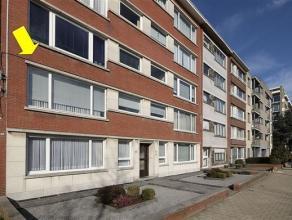 Wat op te frissen maar degelijk appartement, gelegen op de 1° verd. van een klein gebouw met lift centraal gelegen te Deurne-Zuid vlakbij openbaar