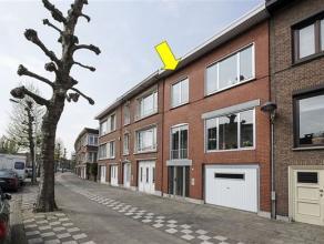 Degelijke, op te frissen bel-etage woning, gelegen vlakbij het Boekenbergpark. De woning heeft volgende indeling: gelijkvloers: inkomhal, garage, wasp