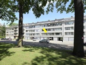Verzorgd appartement op de 1° verd. van een goed onderhouden gebouw (met lift), gelegen vlakbij 2 parken. Het appt. omvat een inkomhal met vestiai
