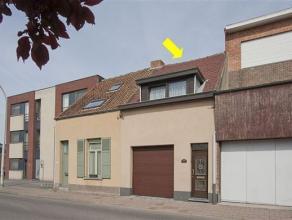 Goed gelegen, te renoveren eengezinswoning met volgende indeling: gelijkvloers: inkomhal, garage met toegang kelder, woonkamer met lichtkoepel, eenvou