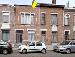 Te renoveren eengezinswoning met 3 slaapkamers, centraal gelegen te Deurne-Zuid. Indeling: kelder, op het gelijkvloers: inkomhal, woonkamer met zit- e