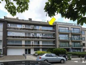 Verzorgd appartement op de 3e verdieping van een klein gebouw met lift. Het appt. omvat een inkomhal met vestiairekast, een ruime woonkamer (42 m&sup2