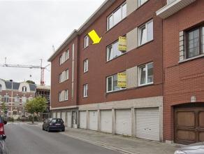 Gerenoveerd appartement gelegen op de 2e verd. in een klein gebouw (zonder lift) centraal te Deurne-Zuid. Indeling: inkomhal, lichte woonkamer met lam