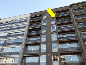 Degelijk maar wel te moderniseren appartement gelegen op de 5e verdieping van een goed onderhouden gebouw (1979). Het appt. omvat een inkomhal met ves