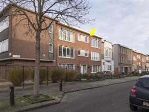 Gerenoveerd, instapklaar appartement op de 2e en hoogste verd. van een klein gebouw zonder lift. Het appartement heeft volgende indeling: inkomhal met