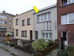 Te renoveren arbeiderswoning, centraal gelegen te Deurne-Zuid met volgende indeling: gelijkvloers: voortuin, inkomhal, woonkamer met gaskachel, eenvou