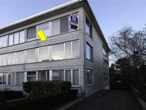 Hoekappartement met 3 slaapkamers, gelegen op de 1e verdieping van een klein gebouw (zonder lift). Het appartement omvat een inkomhal, een woonkamer m