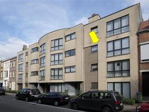 Recent (2000) appartement in een modern gebouw met lift, centraal gelegen te Deurne-Zuid. Het appartement omvat een ruime woonkamer met tegelvloer, ee