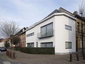 Volledig gerenoveerde en instapklare woning bestaande uit een studio/appt op het gelijkvloers en een duplex appt. op de 1e en 2de verd. Indeling: Geli