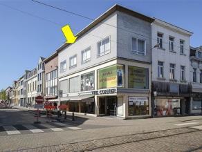 Hoekpand met winkelpand op het gelijkvloers en 1e verdieping en een 2-slaapkamer appt. op de hoogste verdieping, op een commerciele ligging opde Heren