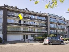Ruim, deels gerenoveerd appartement gelegen in een enkel richtingstraat en met volgende plaatsindeling: inkomhal met vestiaire, grote woonkamer (44 m&