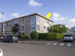 Zeer licht hoekappartement gelegen op de 2e en hoogste verd. van een klein gebouw. Het appartement omvat een inkomhal met vestiairekast, een ruime woo