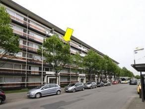 Verzorgd appartement (84 m²) met 2 slaapkamers op de 4e verdieping van een gebouw met lift, gelegen te Merksem vlakbij het Runcvoortpark. Het app