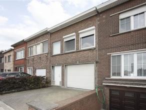 Volledig gerenoveerde en instapklare woning (klein beschrijf mogelijk!), bestaande uit gelijkvloers: inpandige garage met autom. poort en oprit, een w
