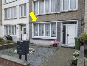 Gelijkvloersappartement met 1 slaapkamer en tuin gelegen in een klein gebouw (met 3 appt.) nabij Wim Saerensplein. Het appartement omvat een inkomhal,