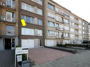 Degelijk en centraal gelegen appartement op de 1e verd. van een gebouw met lage algemene kosten (geen lift). Het appartement omvat een inkomhalletje m