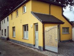 Kleine HOB gelegen in een doodlopende straat nabij het centrum van Kontich. Volledig gerenoveerd met aangename zonnige koer (6 x 5 m), woonkamer met o