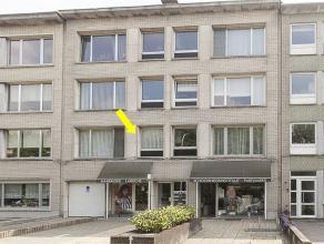 Appartement op de 1e verdieping, hal met vestiairekast, ruime woonkamer met ingerichte open keuken, 2 slaapkamers waarvan 1 met toegang tot het vernie
