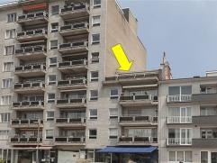 Instapklaar dakappartement met 2 slaapkamers op de 4Â verd. (lift tot 4Â!). Woonkamer met wit geoliede parket, moderne gashaard, airco en