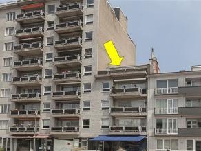 Dakappartement met 2 slaapkamers op de 4° verd. (lift tot 4°!). Woonkamer met wit geoliede parket, moderne gashaard, airco en breed schuifraam