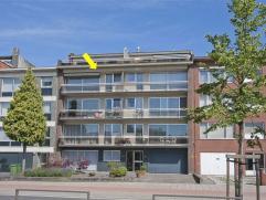 Ruim, op te frissen appartement met 3 slaapkamers, gelegen op de 3Â verd. van een gebouw met lift. Het appartement omvat een inkomhal met vestia