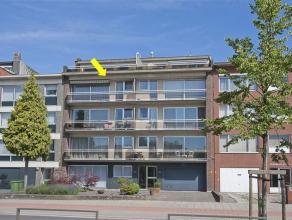 Ruim, op te frissen appartement met 3 slaapkamers, gelegen op de 3Â verd. van een verzorgd gebouw met lift. Het appartement omvat een inkomhal m