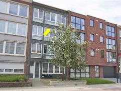 Op te frissen appartement op de 3e verd. van een klein gebouw zonder lift, gelegen vlakbij OV en Boekenbergpark. Indeling: inkomhal met berg-/waskast,