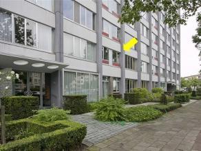 Op te frissen appartement op de 1e verd. vlakbij de ingang van het groendomein Rivierenhof. Indeling: hal met berging en inbouwvestiaire, woonkamer me