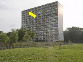 Gerenoveerd appartement op de 14e verd., gelegen in een gemeenschappelijk groenzone. Plaatsbeschrijving: inkomhal met laminaatvloer, L-vormige woonkam