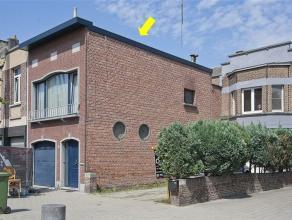 Instapklare, gerenoveerde eengezinswoning (HOB) gelegen aan een pleintje nabij het Rivierenhof. Plaatsindeling: inkomhal, diepe garage, 2 slaapkamers,