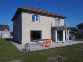Moderne villa met grote tuin gelegen te Deinze. De woning is voorzien van een garage, inkom, ruime living, eetplaats, zeer ruime ingerichte keuken, be