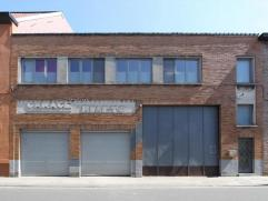 Gunstig gelegen magazijn in de onmiddellijke nabijheid van belangrijke invalswegen, winkels en het station Gent-Dampoort. Brede inrijpoort van ca. 4m.