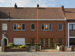 Deze woning is gelegen op 5 min van Gent centrum, in de onmiddellijke nabijheid van belangrijke invalswegen en winkels. De indeling is als volgt: ruim