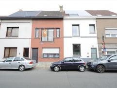 Deze woning is gelegen op de grens van Gent en Wondelgem. De woning is ingedeeld als volgt: inkomhall, voorplaats, living, eetplaats, ruime keuken, wa