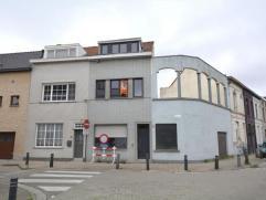 Deze woning is gelegen in een rustige omgeving nabij de afrit van Gent centrum. De woning dient opgefrist te worden. Indeling: ruime hal, leefruimte,