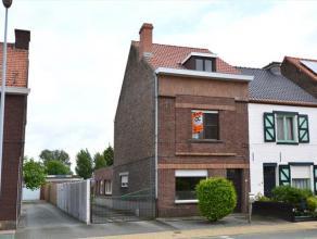 Deze woning is gelegen nabij het centrum van Merelbeke en nabij alle invalswegen. De woning is half open met een oprit naar een dubbele garage. Aangen