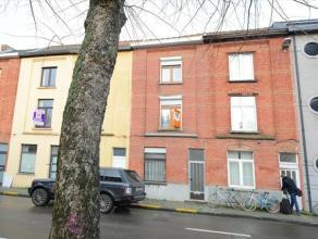 Deze woning is goed gelegen in de Bloemetjeswijk. De woning is te renoveren, het dak is in goede staat en er is reeds dubbel glas. Indeling: hal, leef