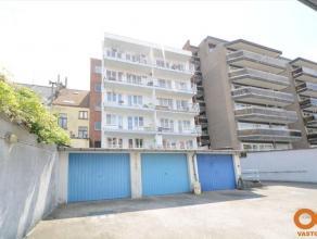 Gelijkvloersappartement met koer in residentie Peter-Benoit.Het appartement is geschikt voor zowel bewoning als kantoor, aparte ingang aanwezig.Goede