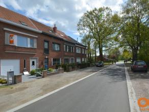 Deze perfect onderhouden woning is gelegen nabij belangrijke invalswegen en buurtwinkels, op een boogscheut van Gent, in een uiterst rustige omgeving.