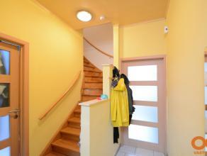 Instapklare eengezinswoning met veel lichtinval en mooie ruimtes. Living met open keuken en aangenaam zicht op zonnige koer (30m2). Ruime slaapkamers,