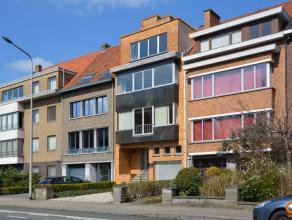 Deze woning is gelegen aan de rand van Gent in de onmiddellijke nabijheid van het openbaar vervoer, scholen, winkels en belangrijke invalswegen. Tot v