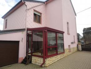Maison qui se composed'un hall d'entrée, un séjour, une cuisine équipée, une veranda, un wc sépar&eacut