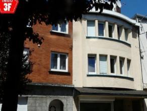 Idéalement située au coeur d'Athus, à proximité des commerces, des écoles et de la gare cette vaste maison est actu